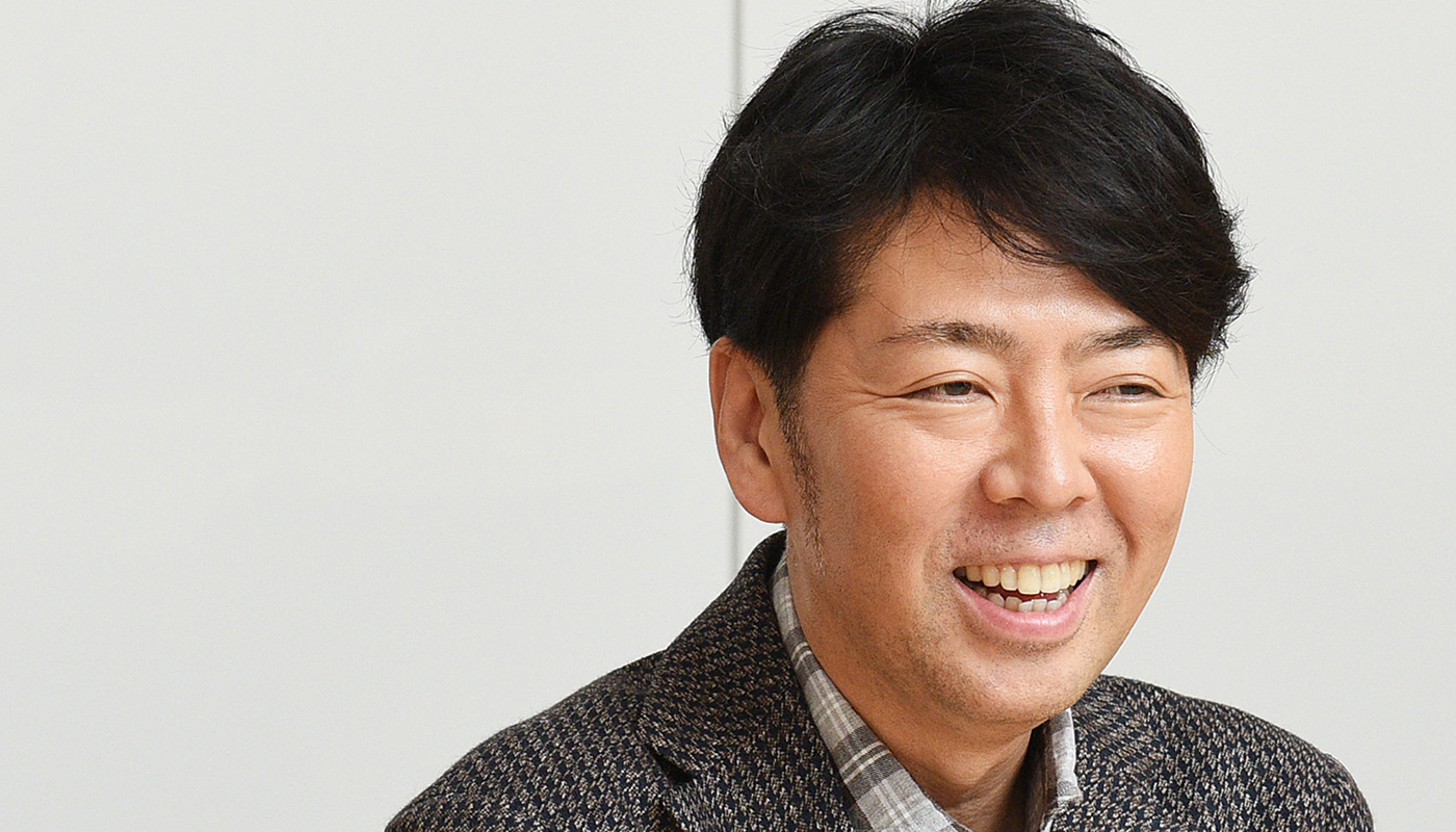 本質をつかむことで、さまざまなデザインをつくりあげてきた佐藤氏。東京・立川の「ふじようちえん」では中庭でも屋上でも屋内でも子どもが遊べるドーナッツ型の園舎をプロデュース。入園申し込みが殺到している。アイドルグループのプロモーションでは街灯や駐車しているクルマ、自販機とそこで買える飲料のボトルにいたるまで、キャンペーンビジュアルでラッピング。東京・渋谷の街全体をつかったプロモーションが話題に。このような、対象も表現方法も異なるプロジェクトで、現在進行中のものは30近くにのぼるという。常人ではとてもできないだろう。