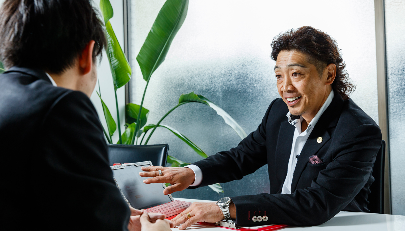 今や関東圏を中心に110店舗以上、車両台数3000台以上を誇る物流王国を築き上げた岩本氏。その卓越したビジネスモデルに感銘を受け、グループ入りを決めた事業主は多く、それぞれが一国一城の主として巣立っている。中には、こんな人材も見事に経営者として自立させている。