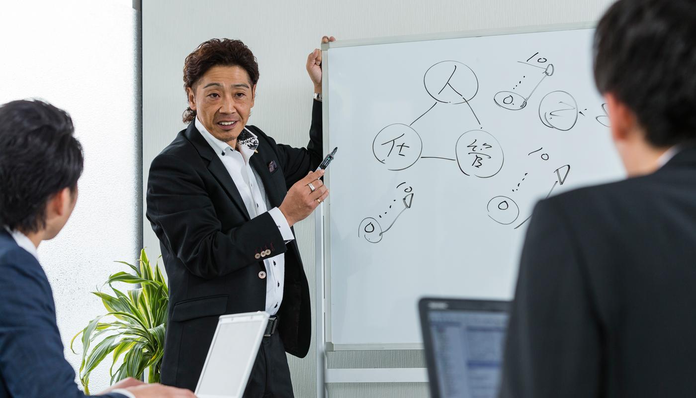 裸一貫でグループを現在の姿にまで育て上げてきた岩本氏には、ビジネス人生を支えてきた、ひとつの譲れない信念がある。それは、「自分の物差しにこだわらない」というものだ。