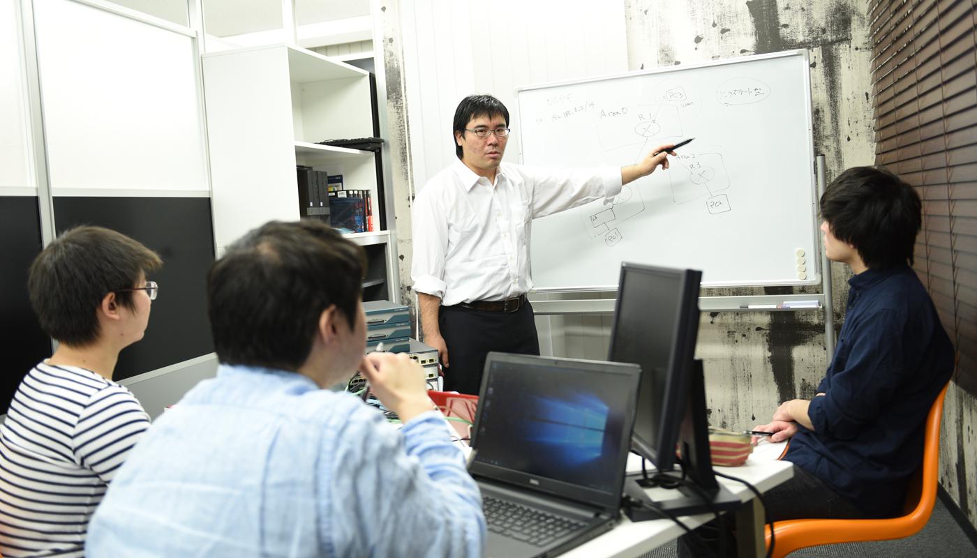毎週1回、オフィスで開かれる松井氏による研修。実際のサーバー機器を使った実践形式の講義では、他の教育機関では決して教えてくれない「技術ノウハウ」と「現場経験」が惜しみなく伝授される。