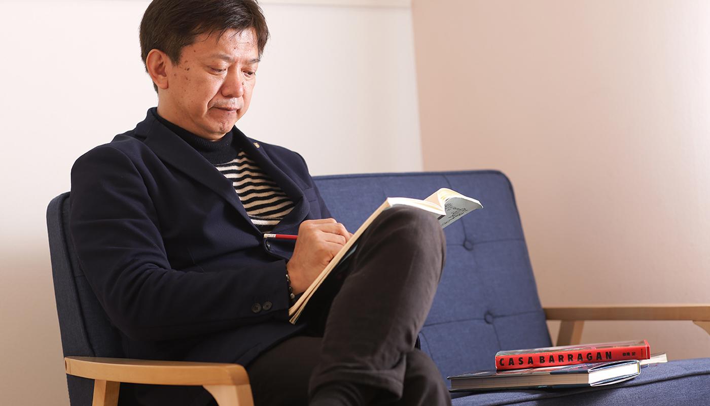 建築を通して幸せを生む――村尾氏がこの考え方にたどり着くまでには、どのような過去があったのか。聞けば、独立前の大手ハウスメーカー時代の経験が大きな影響を与えているのだという。村尾氏が同社に入社したのは1988年のこと。それから独立を果たす2005年まで、約17年間をハウスメーカー所属の建築士として過ごした。