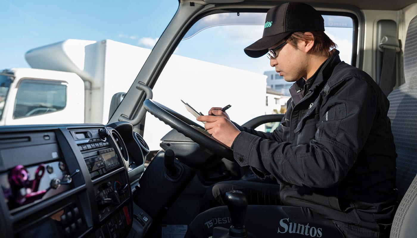 そうした責任感が評価されてのことだろう。入社して1年も待たずして、上原氏はドライバーが会社を出発する前の「点呼」の役割を任されていた。対面で乗務員のアルコールや体調のチェックを行い、正確な観察力が求められる重要な役回り。そしてこの点呼業務を中心的に担うには、国家試験をパスして「運行管理者」の資格を持つことが必要になる。上原氏は、入社して約半年でこの資格を手にしたという。