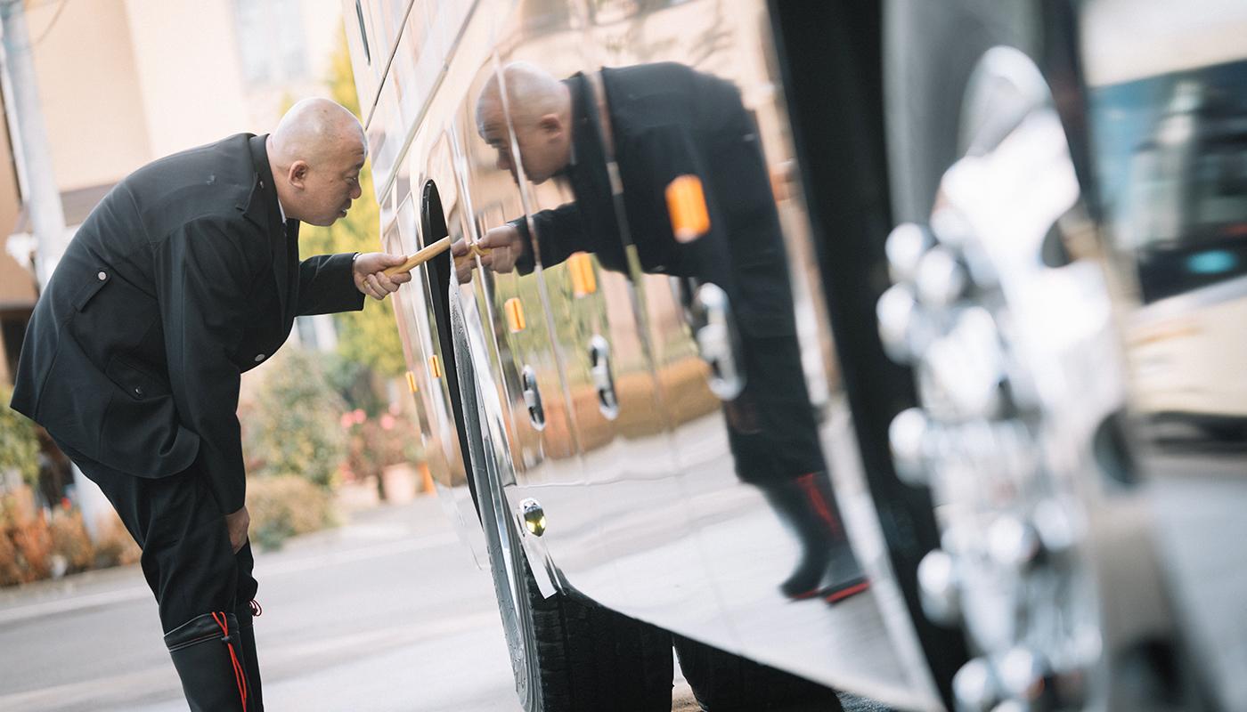 観光バスのドライバーになって10年。いま村上氏の前にあるバスは、3カ月前に新車に換えてもらった新しいパートナーだ。会社によっては、日によって乗るバスが変わる方式のところもあるというが、東京遊覧観光バスは1人1車の担当者制。お互いに気持ちを通わせながら、次第に自分とバスとの相性を築いていくという。