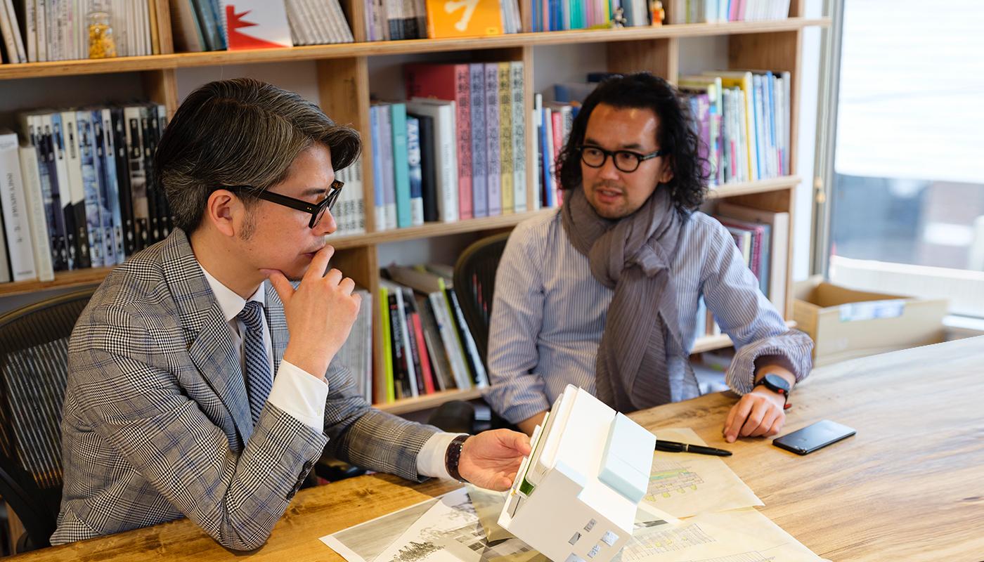 商業空間のインテリアデザインのスペシャリストとして活躍する橋本氏。ただ、提供する仕事はデザイナーとしての一面的なものではない。設計や建築、インテリアコーディネート、ロゴマークのグラフィックデザインからWebデザイン、ユニフォームといった総合的なアプローチを提供している。