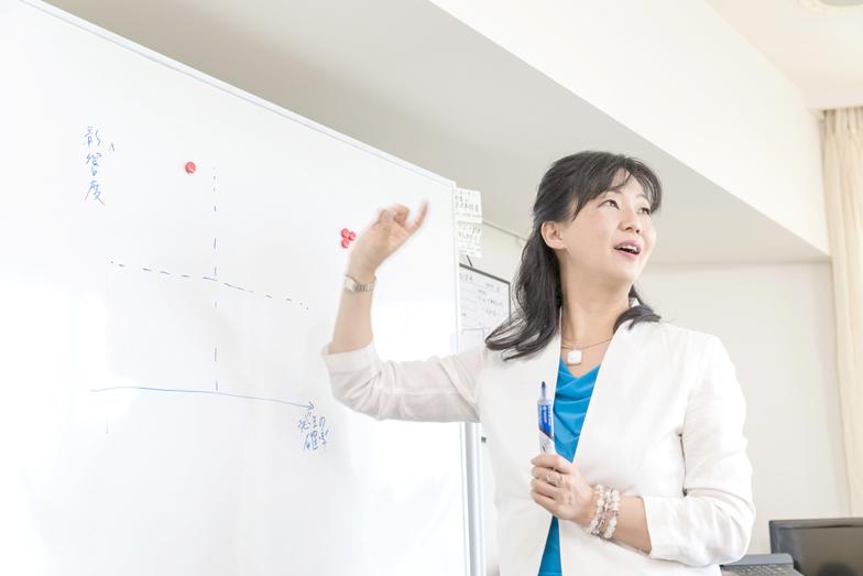 カドルを直訳すると、「寄り添う」の意味。社名の通り、澤田氏はつねに顧客に寄り添いながら、企業の人事制度の構築や人材開発、カウンセリングやコーチングを用いた個人向けのキャリアサポートを行っている。そこで起こる変化は、かなりドラスティックなものだ。