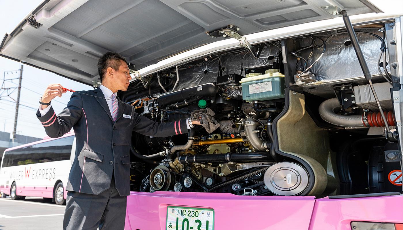 「私など、まだまだです」。石川さんは運転士として一流ですよね、と水を向けると、そんな答えが返ってきた。石川氏がそう謙そんするのには理由がある。それは、師とあおぐ先輩運転士が運転するバスに、研修のような意味あいで乗ったときに受けた衝撃が、いまも忘れられないからであるという。どんな体験だったのだろうか。