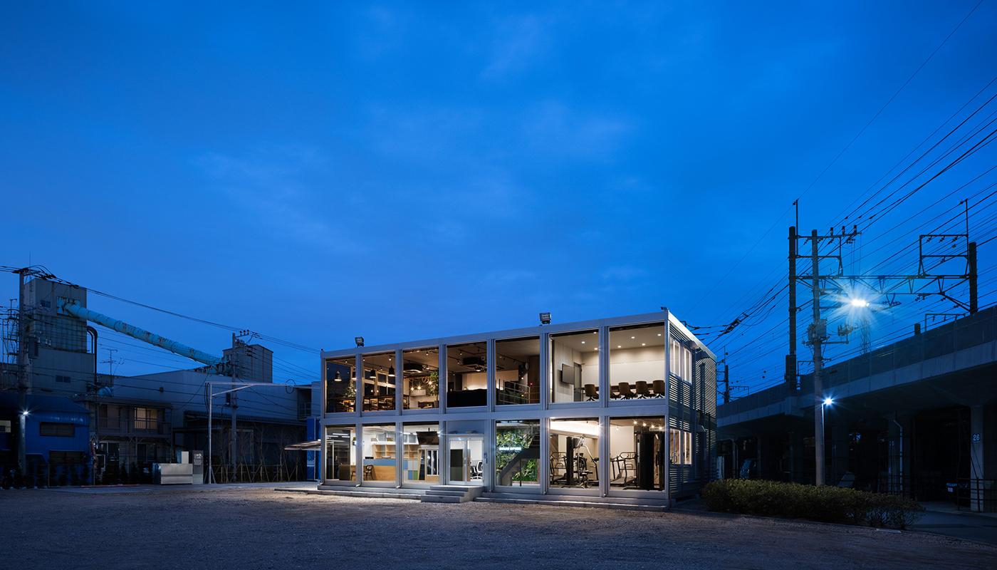 フィットネスルームが設置されているベイラインエクスプレスの本社オフィスには、もうひとつ、大きな特徴がある。バスの駐車場に面した建物の外壁がガラス張りになっているのだ。夜間は、オフィス内の明かりが駐車場を照らすように輝く。バス会社のなかには、コスト削減のために本社オフィスは簡素にするところも多いが、ベイラインエクスプレスは真逆の経営をしている。